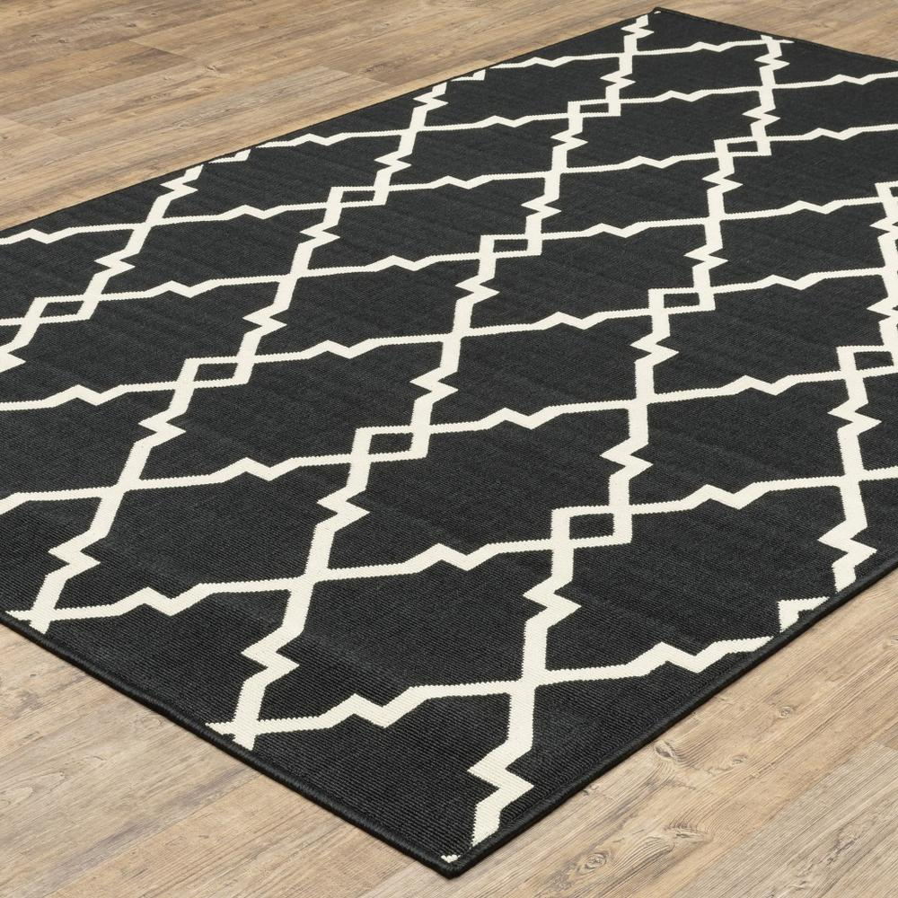 8'x11' Black and Ivory Trellis Indoor Outdoor Area Rug - 389535. Picture 5