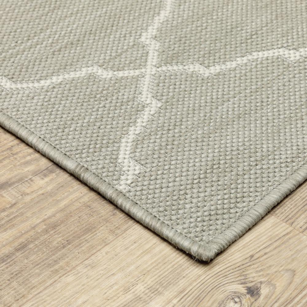 3'x5' Gray and Ivory Trellis Indoor Outdoor Area Rug - 389548. Picture 5