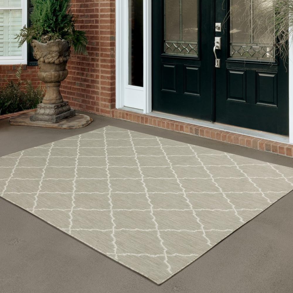8'x10' Gray and Ivory Trellis Indoor Outdoor Area Rug - 389551. Picture 8